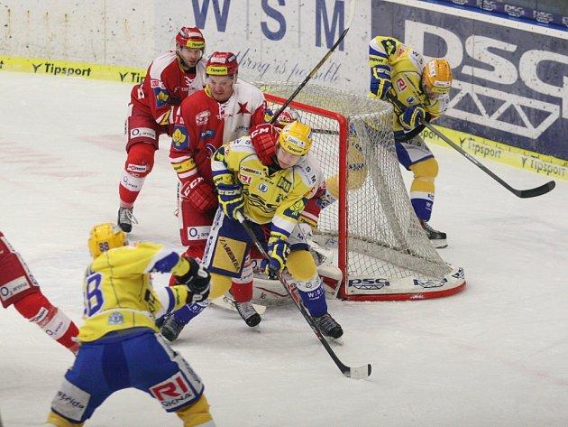 Extraligoví hokejisté Zlína v 52.kole nejvyšší soutěže doma vyzvali poslední celek tabulky pražskou Slavii. Domácí Okál střílí vedoucí branku zápasu.