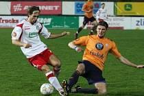 Žůrek (vlevo) bojuje o míč. Ilustrační foto.