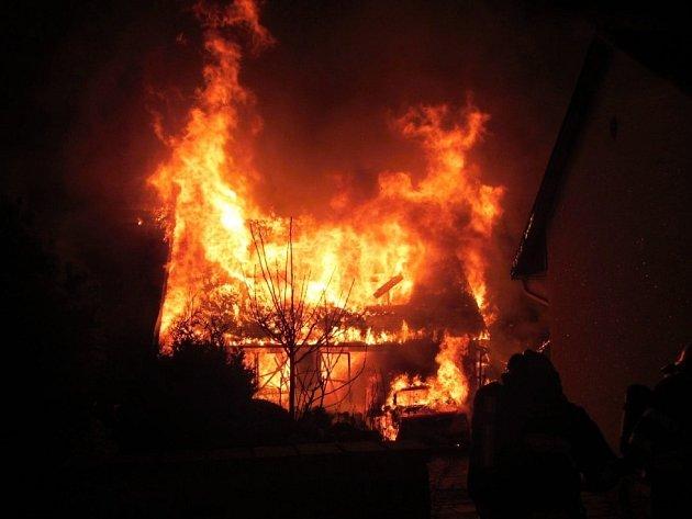 Požár hospodářské stavby s garáží v Březnici