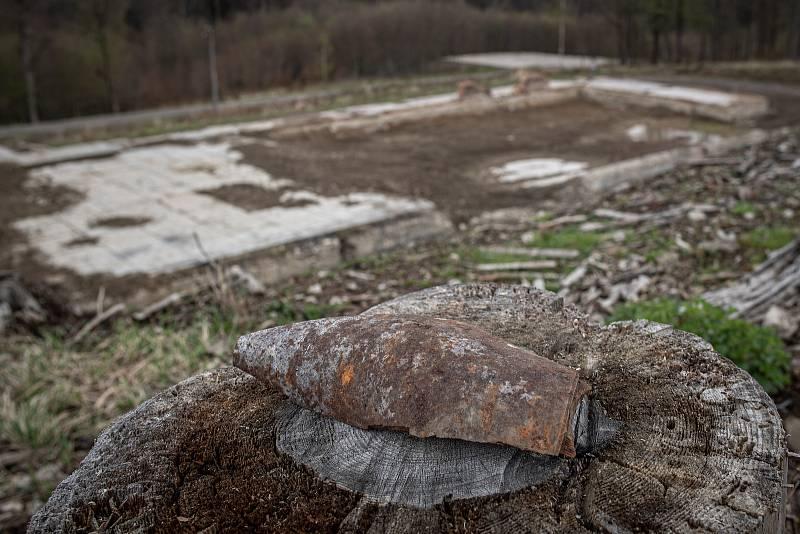 Zbytky střeliva v okolí skladu číslo 12 v areálu ve Vrběticích, 3. května 2021. Ve Vrběticích v roce 2014 explodoval muniční sklad. Po sedmi letech vyšlo najevo podezření na zapojení ruské tajné služby (GRU a SVR) do výbuchu.