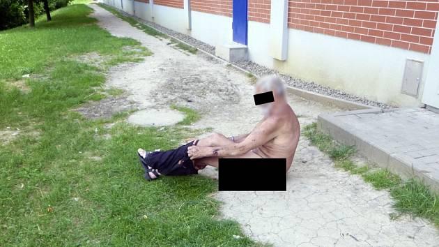 Výtržník vykonal potřebu mezi regály ve zlínském supermarketu.