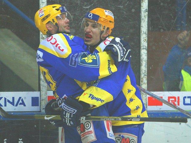 Talentovaný hokejista Bedřich Köhler (vpravo) se natrvalo usadil v první útočné formaci po boku zkušených Lešky (vlevo) s Balaštíkem.