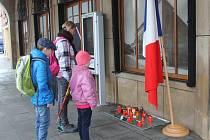 Lidé ve Zlíně zapalují svíčky za oběti teroristických útoků v Paříži.
