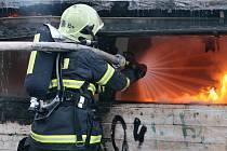 Hasiči v úterý zasahovali u požáru v bývalém tržišti Baťák u autobusového nádraží. Podle prvotních informací mohli požár založit bezdomovci. Plameny šlehaly do třímetrové výše.