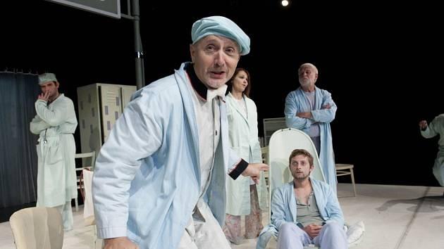 Herec Městského divadla ve Zlíně Radoslav Šopík ve hře Tracyho tygr.