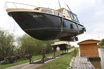 Vypouštění jezu na řece Moravě u obce Spytihněv. Stěhování lodí z přístaviště.