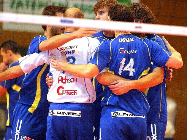 Volejbalisté Zlína doma porazili v dohrávce 2. kola extraligy Příbram 3:1 a s bilancí 7–1 se bodově dotáhli na vedoucí dvojici České Budějovice, Benátky nad Jizerou.