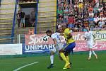 Fotbalisté Zlína (ve žlutých dresech) hostili před vyprodaným hledištěm Baník Ostrava.