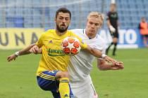 Fotbalisté Zlína (ve žlutých dresech) ve 3. kole FORTUNA:LIGY zdolali liberecký Slovan 2:1. Na snímku Jan Mikula a Vachtang Čanturišvili (ve žlutém).