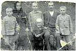 DEŠNÁ, RODINA OŠKERŮ. Snímek rodiny, která byla nacisty vystřílena, je z roku 1928. Jediný, kdo z rodiny přežil, byla dcera (uprostřed nahoře), která byla v roce 1945 provdána a nebydlela s rodinou.