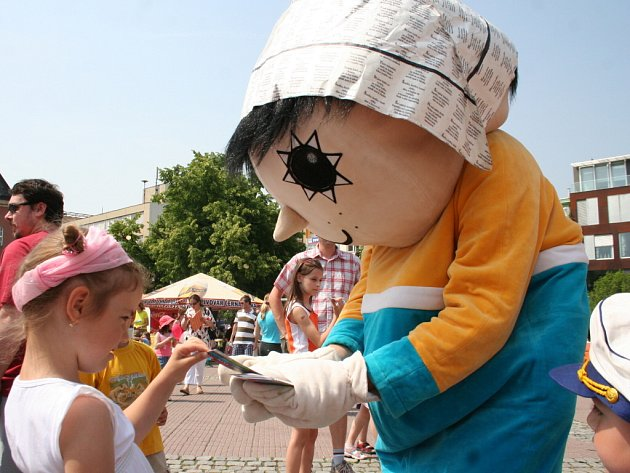 Na zlínském náměstí Míru se mohly děti setkat s pohádkovými postavičkami, vystoupily mažoretky a školáci se mohli přetahovat nebo se podívat na loutkové divadlo.