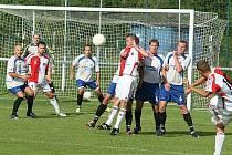 V prvním kole Ondrášovka Cupu zvítězili fotbalisté Kroměříže (sešívané dresy) ve Spytihněvi až v penaltovém rozstřelu.