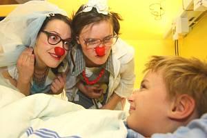 Klauni potěšili malé pacienty ve zlínské nemocnici.