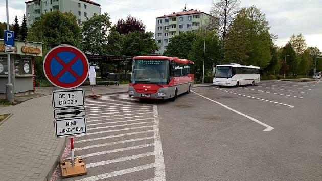Začala oprava luhačovického autobusového nádraží. Na snímku autobusy na dočasném nástupišti.
