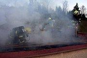 K rozsáhlému požáru rodinného domu v Halenkově museli v pátek ráno po sedmé hodině vyjíždět hasiči ze Vsetína, Halenkova a Nového Hrozenkova.