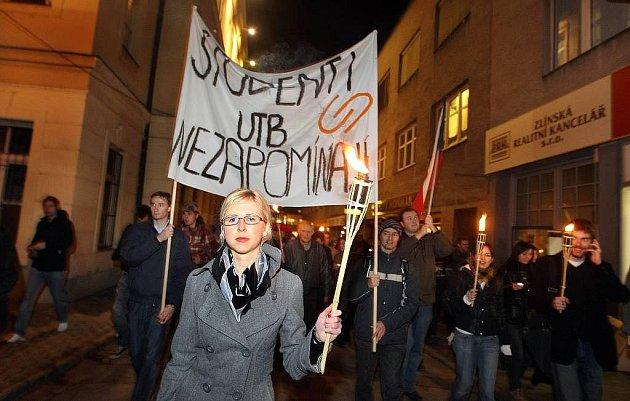 Dvacáté výročí sametové revoluce si ve středu 18. listopadu připoměli zlínští vysokoškoláci průvodem s pochodněmi. Vzpomínky na převrat se zúčastnilo více než sto studentů.