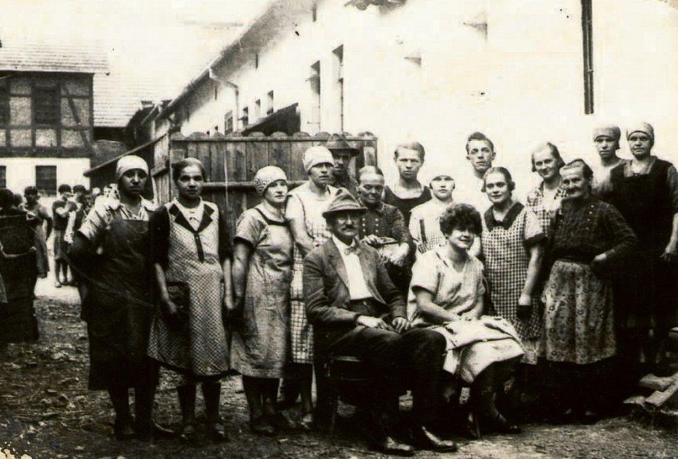SIDONIE, 30. LÉTA. Muži a ženy z tehdejší sklárny.