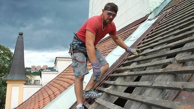 Oprava střechy. Ilustrační foto