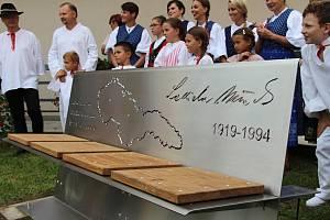 Odhalení originální umělecky ztvárněné lavičky, která je věnována tamnímu rodáku, spisovateli a publicistovi Ladislavu Mňačkovi