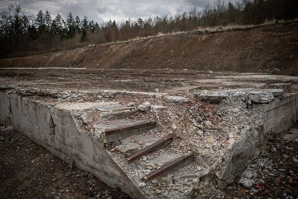 Zbytky betonových základů skladu číslo 12 v areálu ve Vrběticích, 3. května 2021. Ve Vrběticích v roce 2014 explodoval muniční sklad. Po sedmi letech vyšlo najevo podezření na zapojení ruské tajné služby (GRU a SVR) do výbuchu.