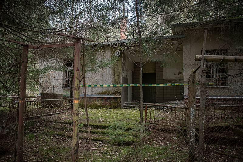 Zničená budova v areálu ve Vrběticích, 3. května 2021. Ve Vrběticích v roce 2014 explodoval muniční sklad. Po sedmi letech vyšlo najevo podezření na zapojení ruské tajné služby (GRU a SVR) do výbuchu.