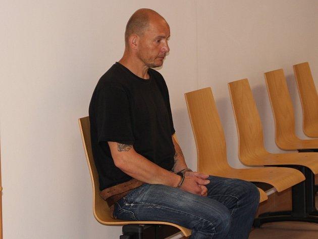 Soud vzal údajného vraha číšníka z roku 2001 do vazby