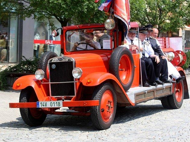 Historické hasičské vozy na náměstí ve Zlíně. Škoda 505 z roku 1928.