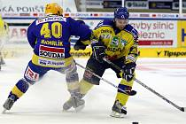 Zlínský hokejista Martin Hamrlík se snaží zasatavit soupeře.