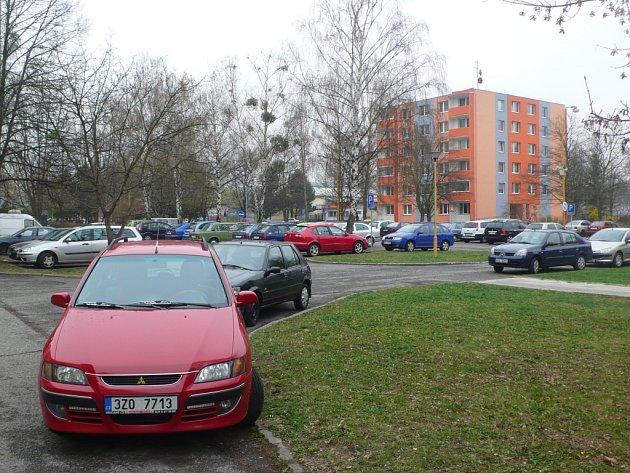 Obyvatelé sídliště Trávníky si stěžují na nedostatek parkovacích míst. Jedná se především o ulici Kpt.Jaroše a přilehlé domy v ulici SNP, situaci by podle nich pomohlo vyřešit přebudování podélných stání na příčná.