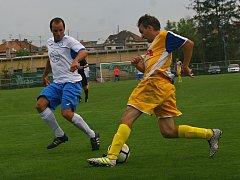 Fotbalisté Starého Města (ve žlutomodrých dresech) prohráli doma s Tlumačovem 1:2 na penalty.