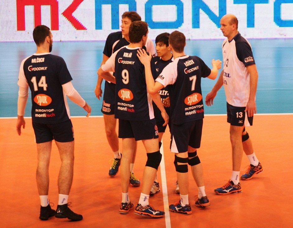 Volejbalisté Zlína (v modrém) hráli v boji o play-off doma s Ostravou.