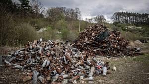 Zbytky zrezlé munice po výbuchu ve Vrběticích