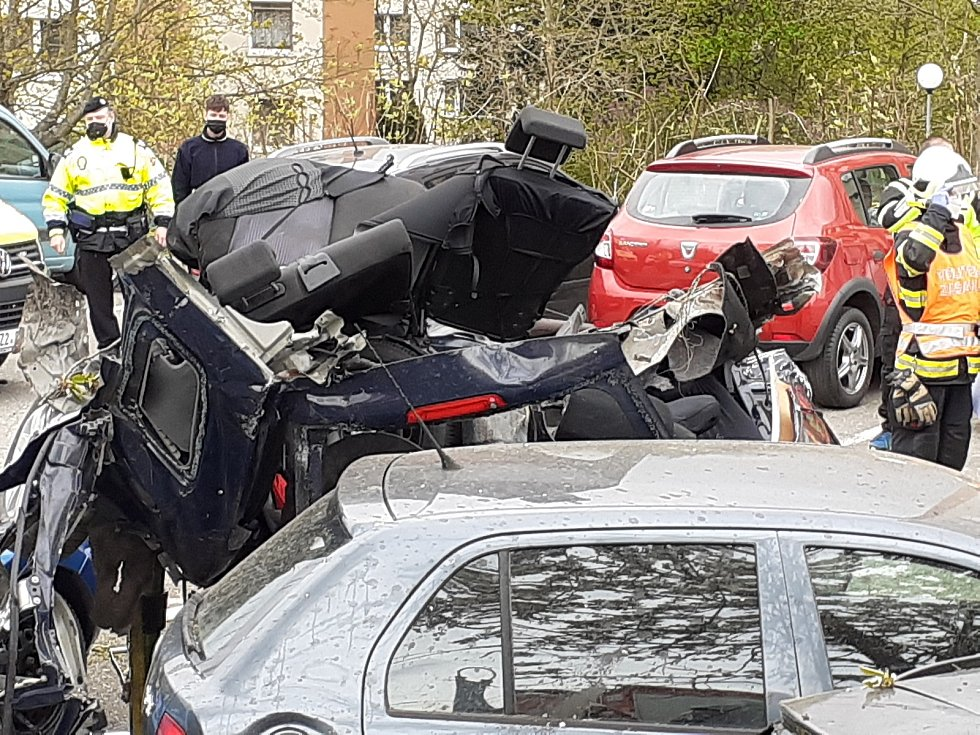 """Řidič vylétl z komunikace, vozidlo málem rozpůlil o sloup a """"přistál"""" na parkovišti. Zdemoloval u toho další čtyři auta."""