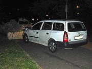 Podnapilý muž sedl za volant i přesto, že nevlastní řidičský průkaz. Cestou navíc naboural cizí vůz.