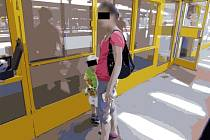 Fotografie opilé matky s tříletým synem na autobusovém nádraží ve Zlíně byla upravena policií z důvodu ochrany totožnosti malého chlapce.