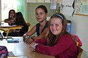 Kamarádky Sofie a Viky se v první školní den sešly ve stejné lavici. Do školy se po prázdninách vrátily jako žákyně čtvrté třídy a už se nemohly dočkat svých spolužáků.