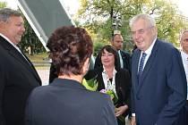 Přivítáním se s hejtmanem Stanislavem Mišákem a jeho chotí Pavlou ve Zlíně před sídlem krajského úřadu.