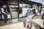 Čtyři nové autobusy se speciální plošinou usnadní lidem s hendikepem cestování na regionálních linkách ve Zlínském kraji. Vozy jsou vybaveny novým typem nástupní plošiny a nabídnou cestujícím větší komfort.