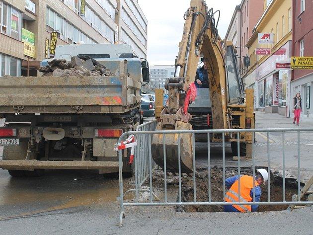 Při opravě hlavního vodovodního potrubí v Bartošově ulici ve Zlíně narazili technici na vymletou jámu, do které by se vešel téměř celý automobil.