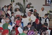 Slavnostní mše svatá. Po ní následovalo svěcení pramenů luhačovickým farářem Hubertem Wojcikem.