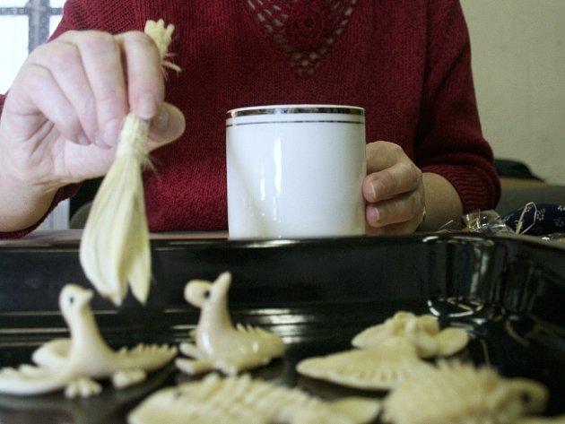 Před pečením se figurky potřou rozšlehaným vejcem. Tím Návratová docílí lesku.
