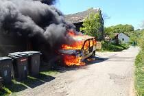 Požár auta zlikvidoval popelnice i poštovní schránku