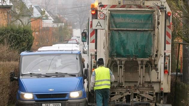 Projedeme? Technické služby při svozu odpadu mnohdy jen stěží projedou ulicemi.
