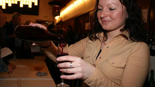 Ochutnejte. Víno nabízely krásné slečny i dámy.