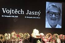 Poslední rozloučení s Vojtěchem Jasným, básníkem stříbrného plátna, jak byl označován, se uskutečnilo v sobotu ve zlínském Městském divadle.