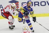 Extraligoví hokejisté Zlína (v modrém) se v dohrávce 1. kola extraligy střetli se Slavií Praha.