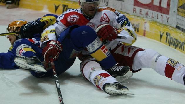Zlínský Bedřich Köhler bojuje o puk i v leže.