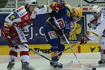 Zlínský Petr Leška bojuje o puk mezi dvěma slávistickými beky.