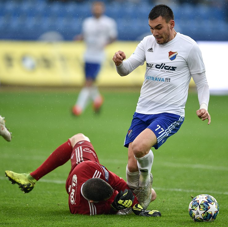 Utkání 12. kola první fotbalové ligy: Baník Ostrava - Fastav Zlín, 5. října 2019 v Ostravě. Na snímku (zleva) brankář Zlína Matěj Rakovan a Rudolf Reiter.