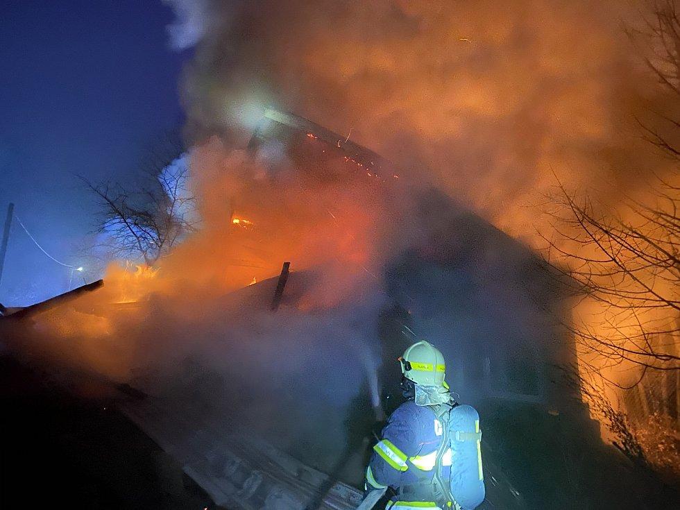 Čtyři jednotky hasičů likvidovaly v Rudimově na Zlínsku požár bývalého statku.